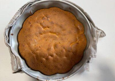 Sfornatela e lasciatela raffreddare completamente su una griglia per dolci
