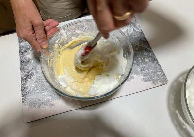 Fate dei movimenti lenti dal basso verso l'alto per non smontare il composto