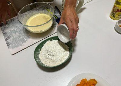 Aggiungete il lievito setacciato alle polveri