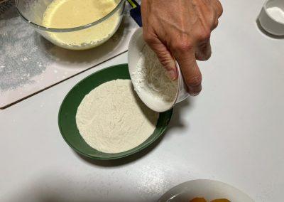 Setacciate la farina 00 aggiungete l'amido di mais