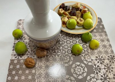 Trieste i gherigli di noci utilizzando un minipimer lasciandone una piccola parte non tritata che servirà successivamente