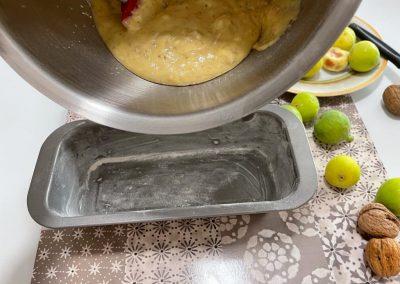 Versate l'impasto nello stampo da plumcake imburrato e infarinato